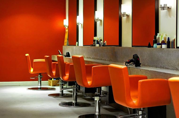 صندلی نارنجی برای دکوراسیون سالن زیبایی