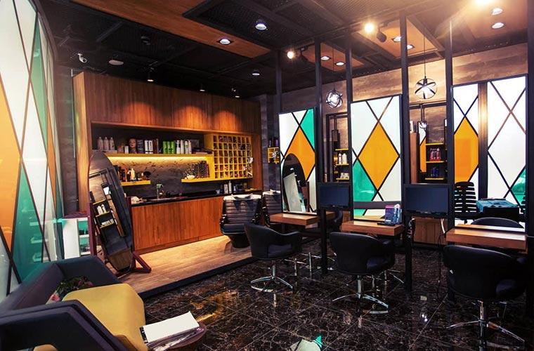 استفاده از شیشههای رنگی برای دکوراسیون سالن زیبایی